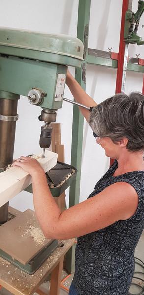 Arbeit an der Ständerbohrmaschine