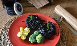 Pasta negra con brócoli