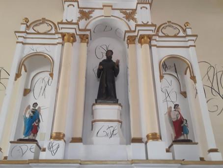 Igreja Matriz de Cruz foi invadida e pichada no seu interior.