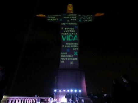 Tributo às vítimas da Covid-19: Cristo Redentor abraça o mundo que sofre com a pandemia.