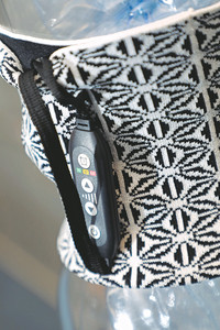 產品不斷優化,比如連接控制綫由最初的電綫改為一條織帶。(梁健騰攝)