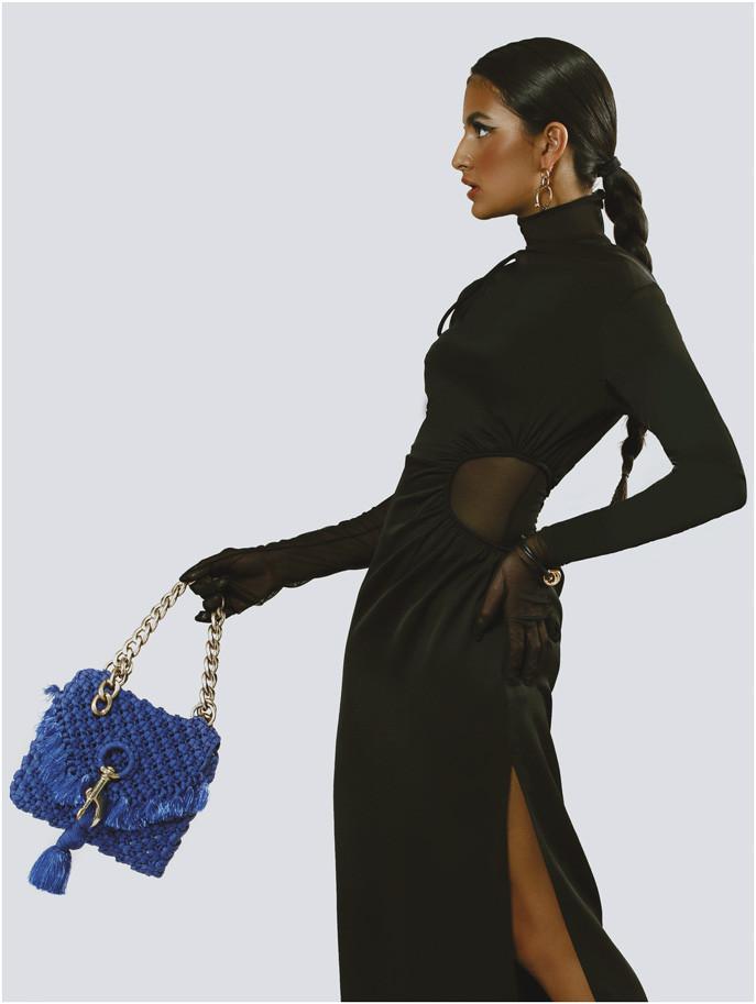 Sortija, pendientes dorados y brazalete, todo de Elenika Jewelry. Bodysuit, de Cheng. Traje, de Cult Gaia. Cartera azul royal, de Gustavo Arango.