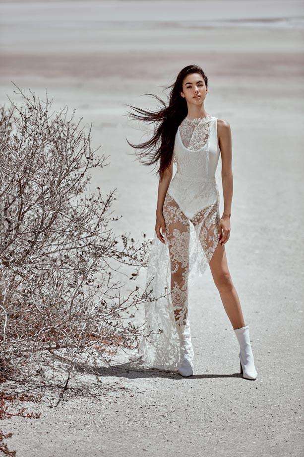 Bodysuit, de Marsté.  Traje, de Vera Wang.  Botas, de Balenciaga.