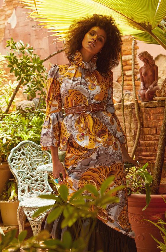 Jenella Powell Rivera, modelo. Top y falda, de Yumi Katsura. Correa doble con studs dorados de B-Low The Belt, disponible en Olivia Boutique. Sortija, de Jill Herlands.
