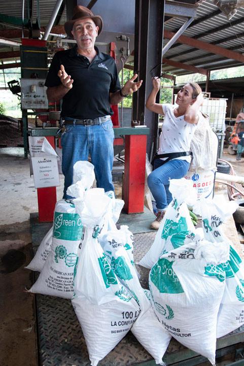 Roberto Atienza felicita a los voluntarios de Starbucks por el recogido de 275 libras de café en su finca, Hacienda San Pedro.
