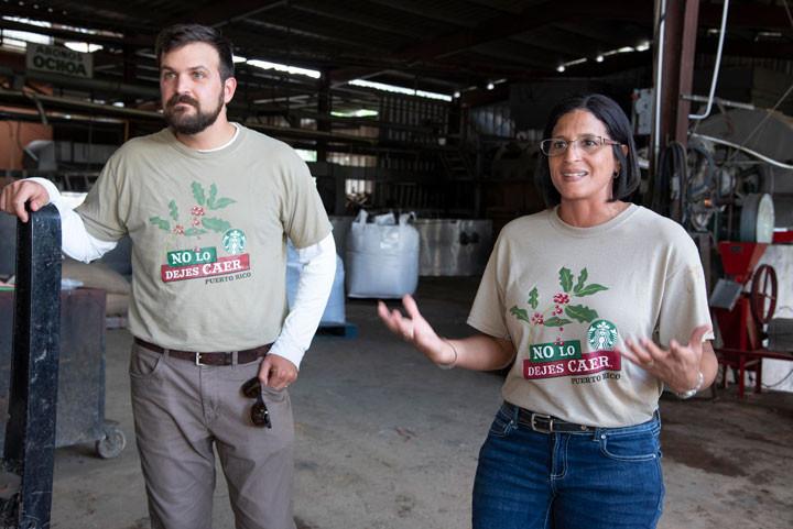 Jaime L. Fonalledas, presidente de Baristas del Caribe; junto a Idis Ortiz López, gerente general de Starbucks Puerto Rico; lideran los grupos.