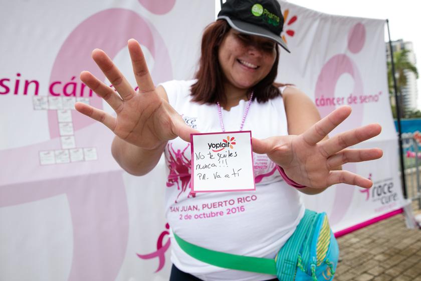 Varios asistentes dejaron su mensaje de apoyo a sobrevivientes o familiares de pacientes de cáncer de seno con el donativo de $1 a SGK.