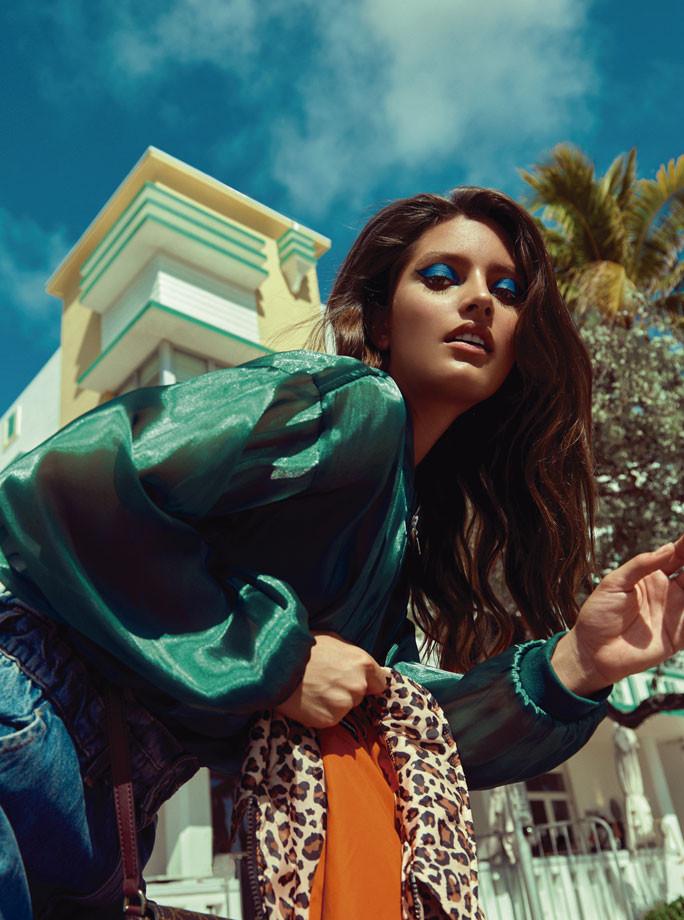 Blusa verde, baggy jeans, de Zara. Calzado, de Mango. In Puerto Rico Magazine.