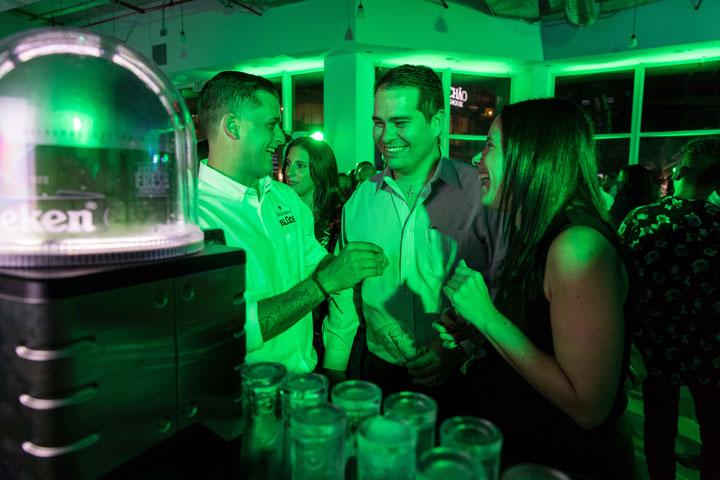 Invitados disfrutan de una Heineken de barril servida del innovador sistema BLADE