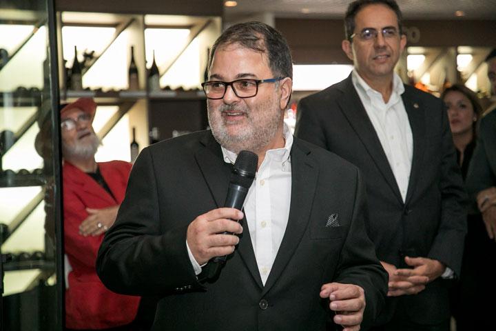 Rafael Gavilanes se dirige a los invitados.