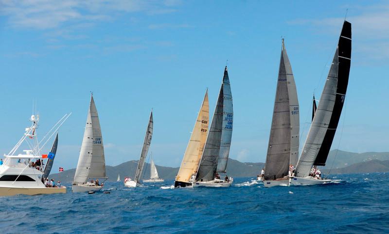 Algunos de los veleros competidores del BVI Spring Regatta.