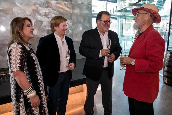 Enid, Felipe y Rafael Gavilanes conversan con Antonio Martorell.