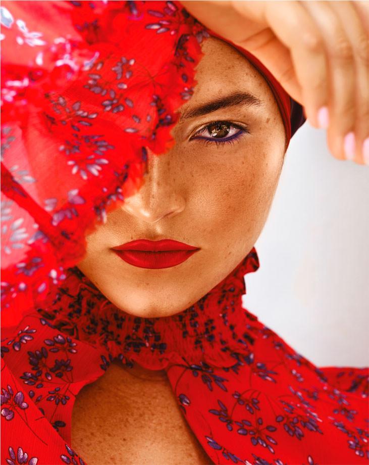 Vestido rojo, de Bardot. Bufanda de seda, de Versace.