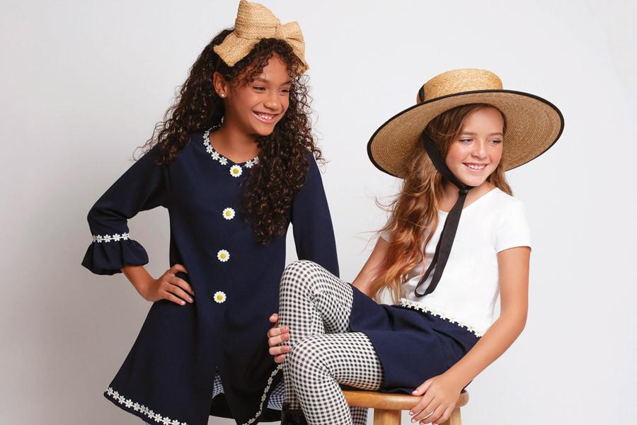 Vestidos y leggings de Zara. Diadema y sombrero, de Lola Hats. Cool Kids, In Puerto Rico Magazine.