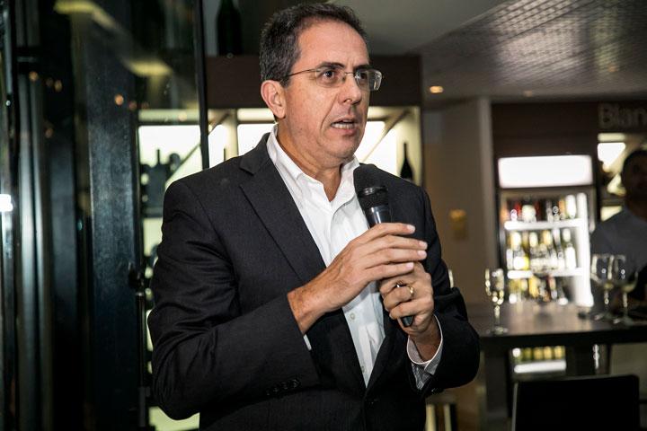Eduardo Negron vicepresidente ejecutivo de Popular Inc se dirige a los invitados.