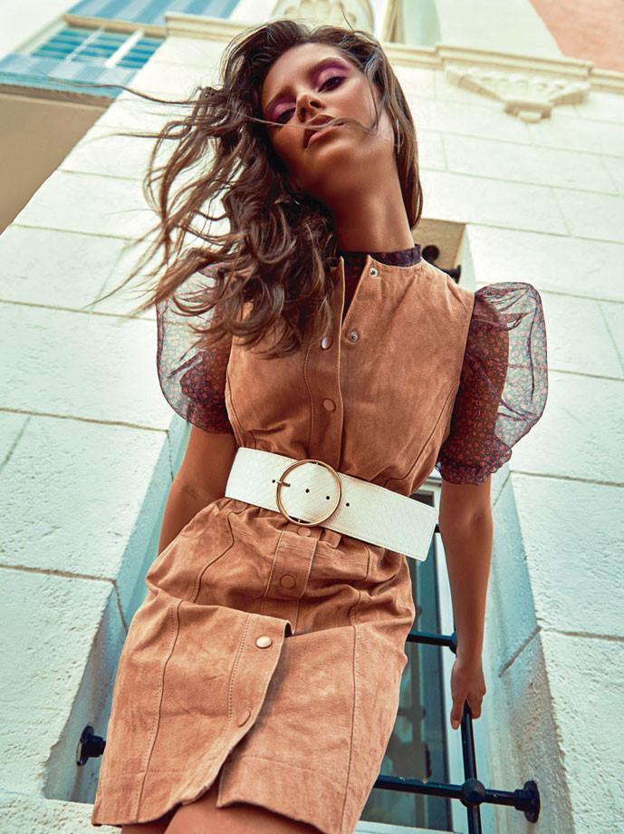 Traje de color crema, blusa, correa blanca de Mango. In Puerto Rico Magazine.