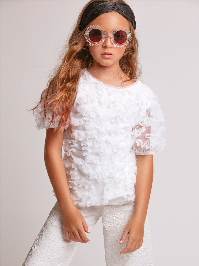 Top, pantalón y bandanna, de Zara. Gafas, de Karen Walker. Cool Kids, In Puerto Rico Magazine.