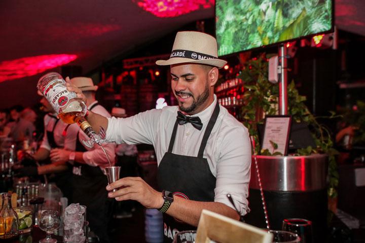 El equipo de bartenders de Bacardí preparó los cocteles con los neuvos rones oscuros