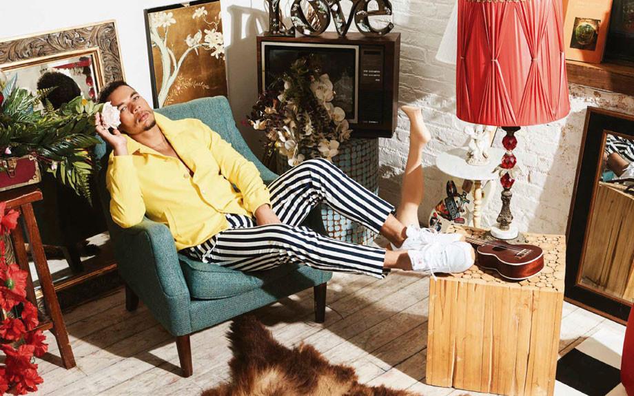 Jacket amarillo y pantalón a rayas, de Carlos Campos. Tenis de Reebok. In puerto rico Magazine.