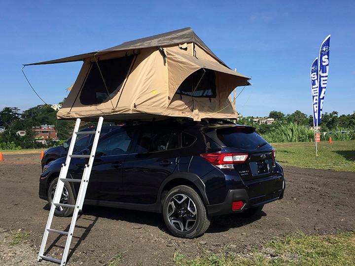Una Subaru Outback con caseta de acampar que se instala sobre la capota de Pal Monte Off Road