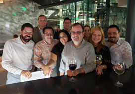 Grupo de colegas comparten en la apertura de Tinto y Blanco.