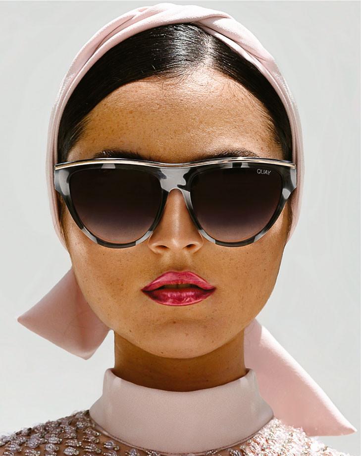 Vestido rosado, de ESCADA. Gafas, de Quay.