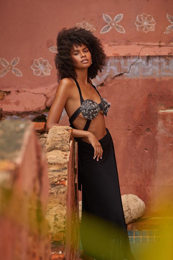 Jenella Powell Rivera, modelo. Top, de Videmus Omnia. Falda negra, de GANNI y disponible en Olivia Boutique. Aretes de perlas, de Chanel.