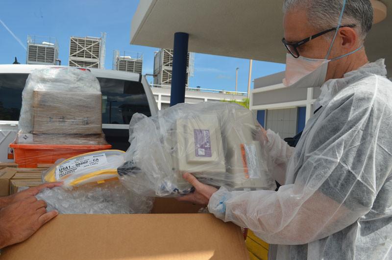 Respiradores purificadores de aire forzado al Hospital San Lucas. Direct Relief.