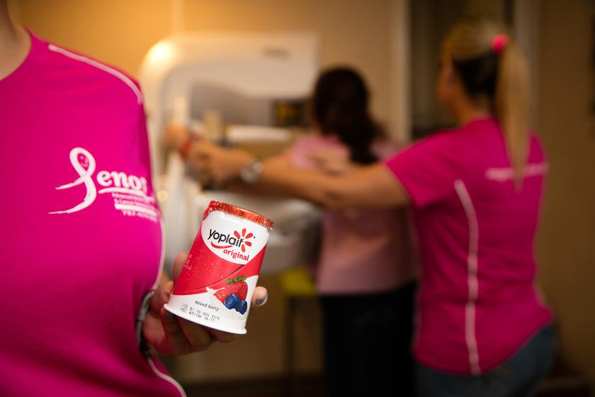 En el Mural de la Esperanza de Yoplait, los asistentes tuvieron la oportunidad de dejar su mensaje de apoyo a sobrevivientes o familiares de pacientes de cáncer de seno con el donativo de $1 a SGK.