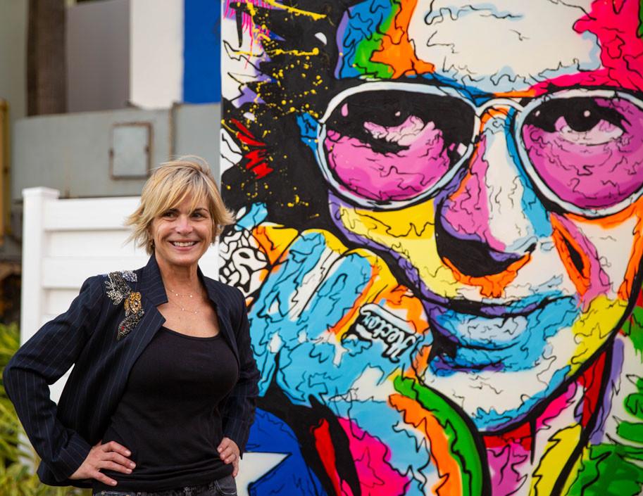 Maria Luisa Ferre Rangel junto al canvas de Hector Lavoe donado al Museo de Arte de Ponce