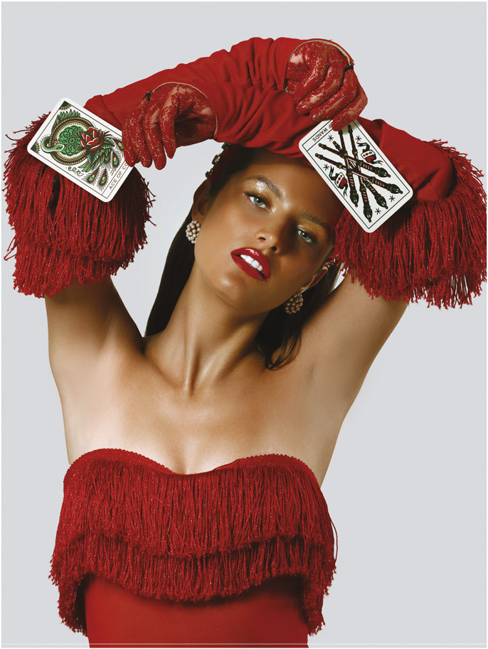 Bodysuit rojo y guantes, de Cheng. Headband, de Lele Sadoughi. Pantallas de perlas, de Bounkit.
