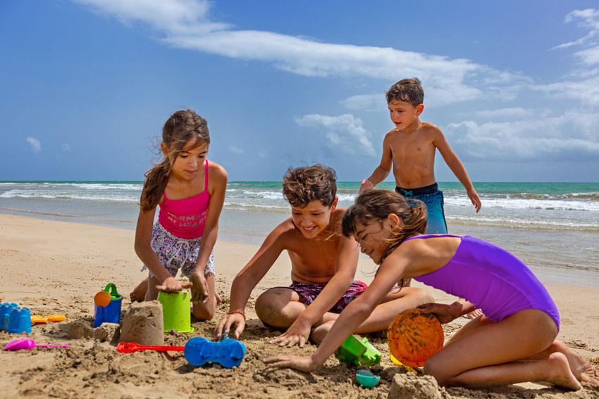 The St. Regis Bahia Beach Resort - niños en la playa