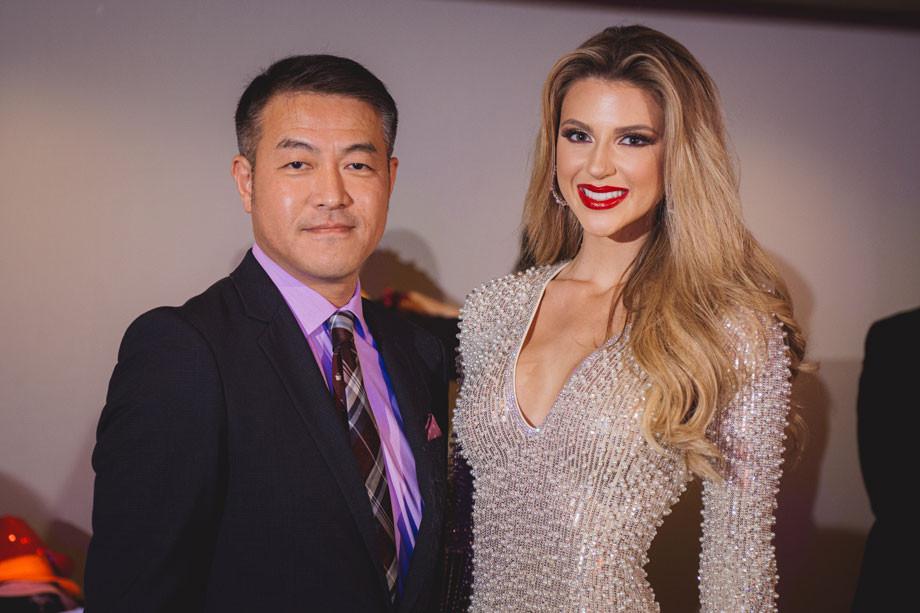 Takeshi Hara, presidente y CEO de MMSC, y Madison Anderson Berríos, Miss Universe Puerto Rico 2019