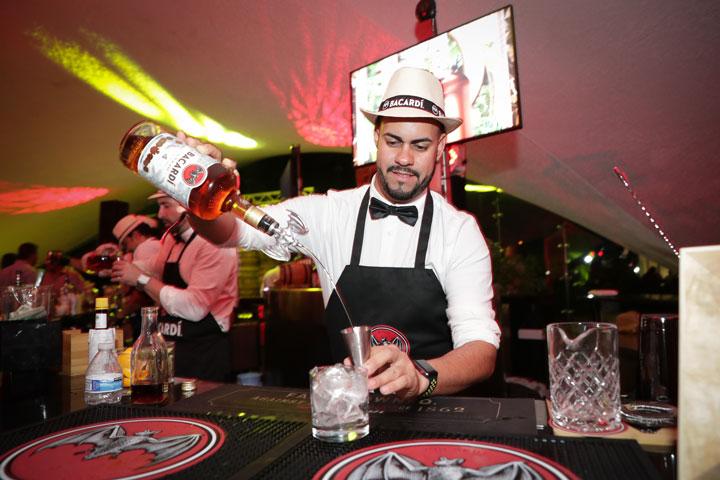 Los bartenders de Bacardí prepararon una variedad de cocteles con los neuvos rones oscuros