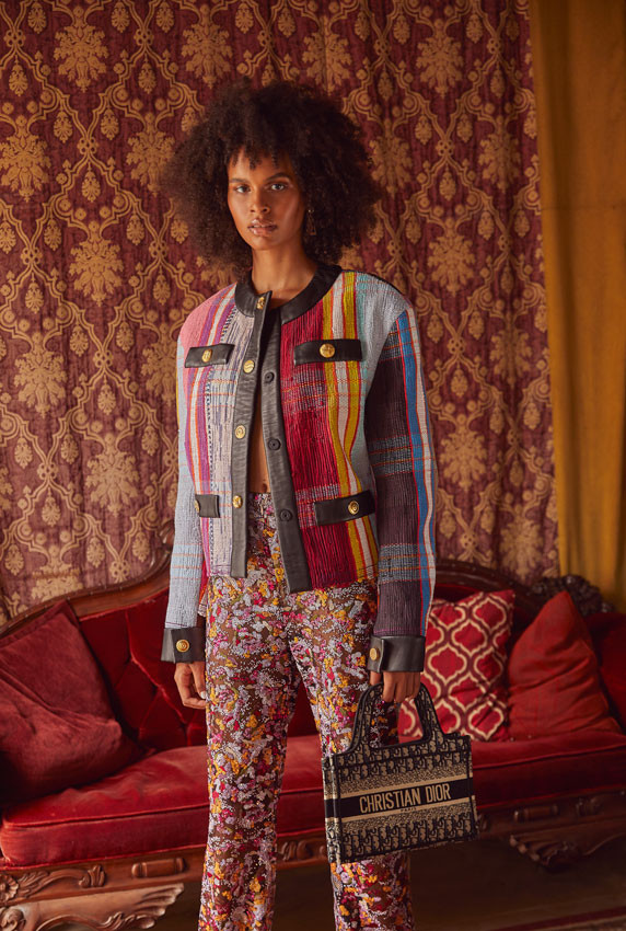 Jenella Powell Rivera, modelo. Chaqueta multicolor de cuero y pantalón, ambos de Litkovskaya. Pumps, de Nalebe Official. Tote bag mini, de Dior. Pantallas, de Saint Laurent.