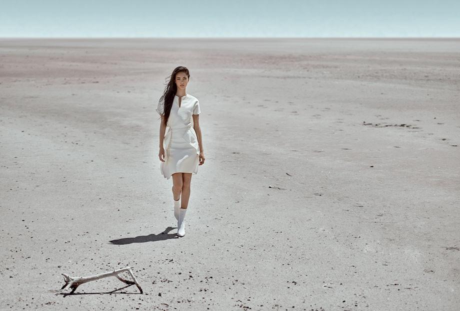 Top y falda, de Gustavo Arango. Botas, de Jimmy Choo.