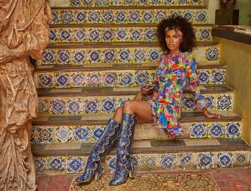 Jenella Powell Rivera, modelo. Traje, de Celia B y disponible en Olivia Boutique. Botas azules de cuero, de Mavette.