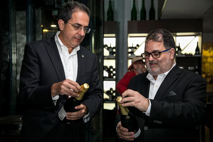 Eduardo Negron y Rafael Gavilanes descorchan botella de champán para celebrar la apertura de Tinto y Blanco.