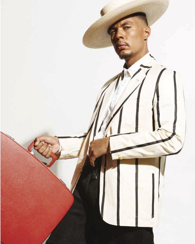 Camisa blanca y pantalón negro, de OUTLIER. Chaqueta con líneas, de Rowing Blazers. Sombrero, de JJ Hat Center. Inprmag