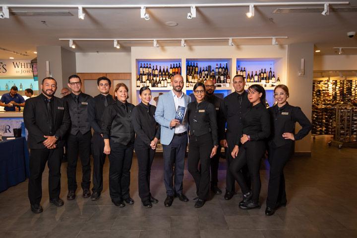 Juan Irizarry, gerente de La Bodega de Méndez, junto al equipo de servicio del Top 100 Wines.
