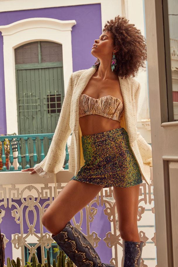 Jenella Powell Rivera, modelo. Top, de Luis Antonio.Jacket blanco, de Chanel. Falda, de Michelle Ann Fashion Lab. Pantallas de piel y rhinestones Olivia Dar, disponibles en Olivia Boutique.