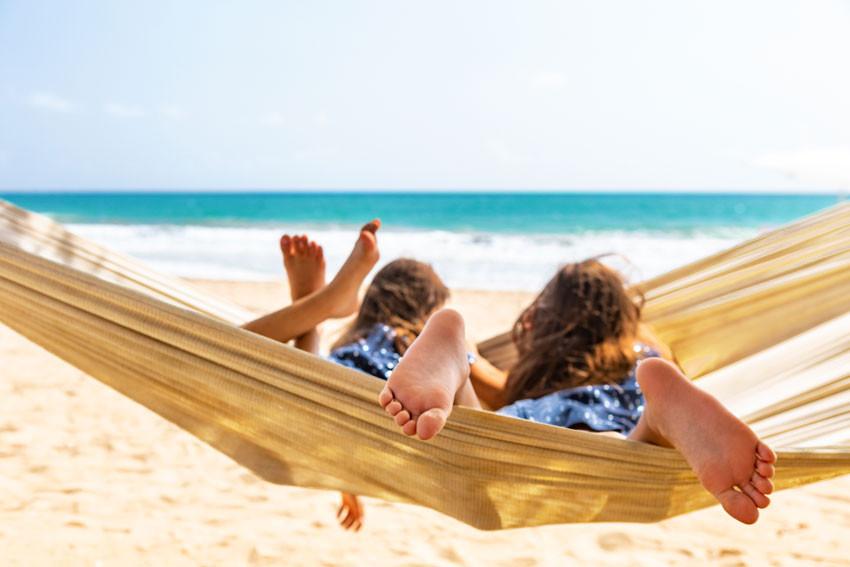 The St. Regis Bahia Beach Resort - niñas en hamaca