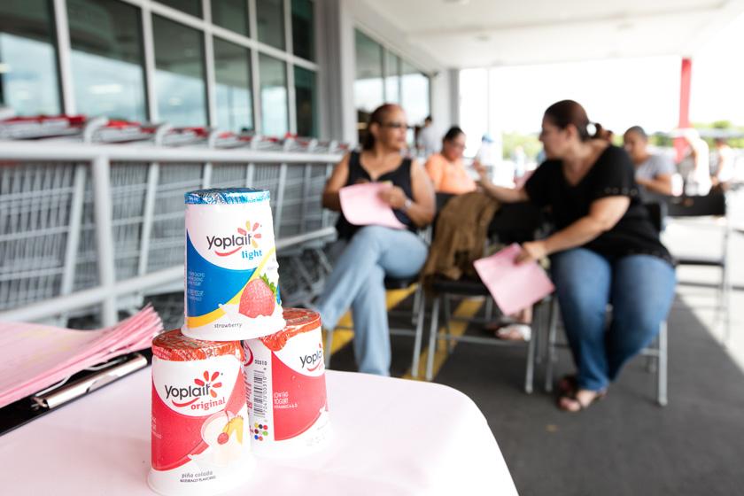 Mujeres esperan en las afueras de un supermercado para recibir su mamografía auspiciada por Yoplait.