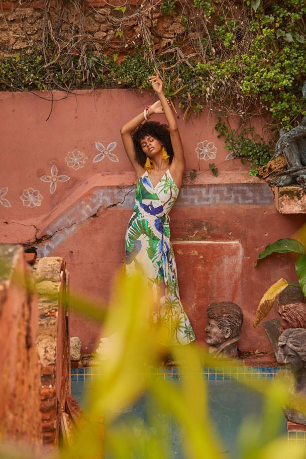 Jenella Powell Rivera, modelo. Vestido de Farm Rio, disponible en Olivia Boutique. Pantallas de chiffon y brazaletes, ambos de Olivia Dar, a la venta en Olivia Boutique.