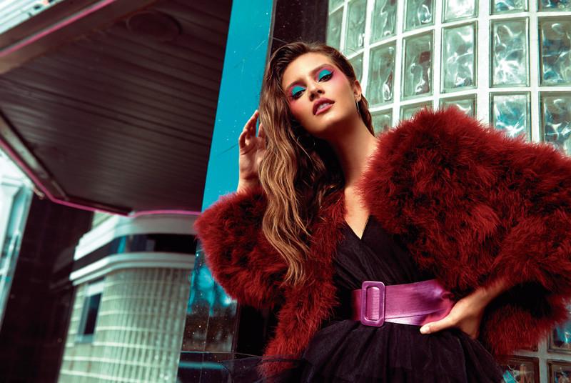 Traje negro y correa magenta, de Zara. Jacket rosado, de BCBG MaxAzria. In Puerto Rico Magazine.