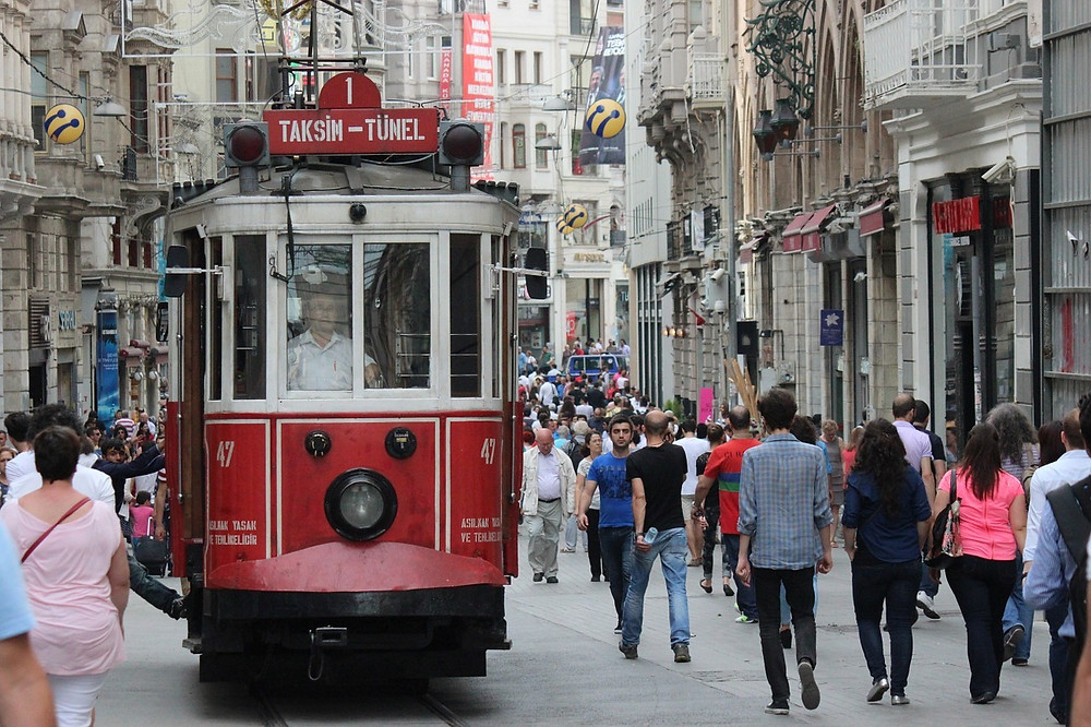 Красный трамвай на улице Истикляль, Стамбул, Турция