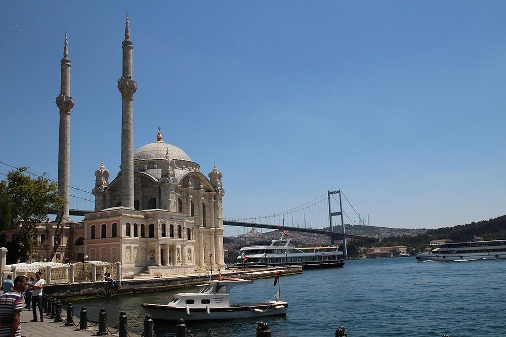 Набережная и мечеть в районе Ортакей, Турция
