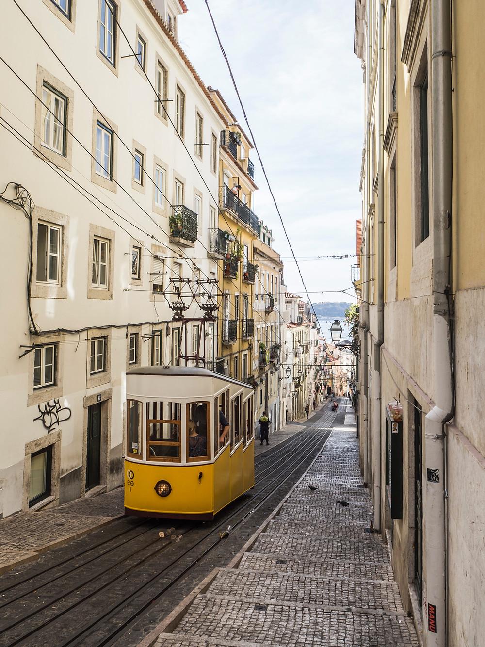 Желтый трамвай в Лиссабоне, Португалия