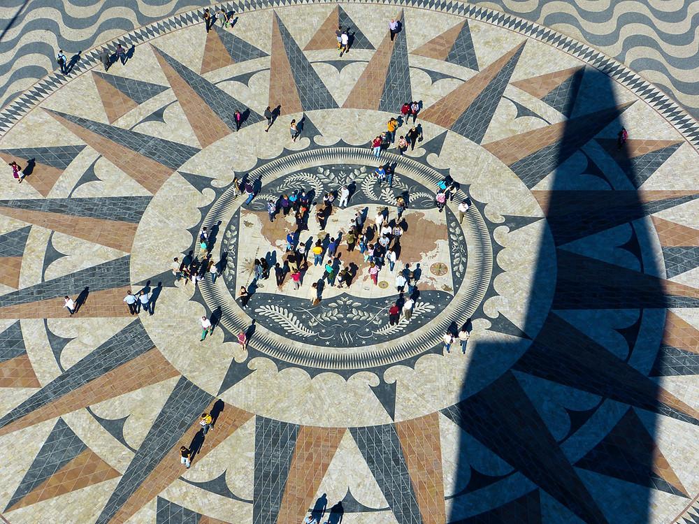 Карта мира перед площадью Первооткрывателей, Лиссабон, Португалия