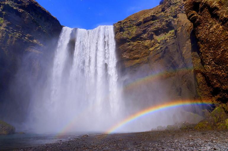 Радуга возле водопада в Исландии